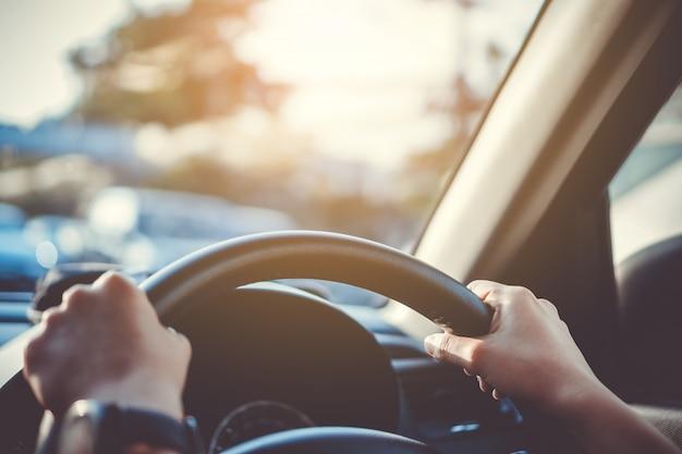 Ręka kobieta jedzie samochód na kierownicie