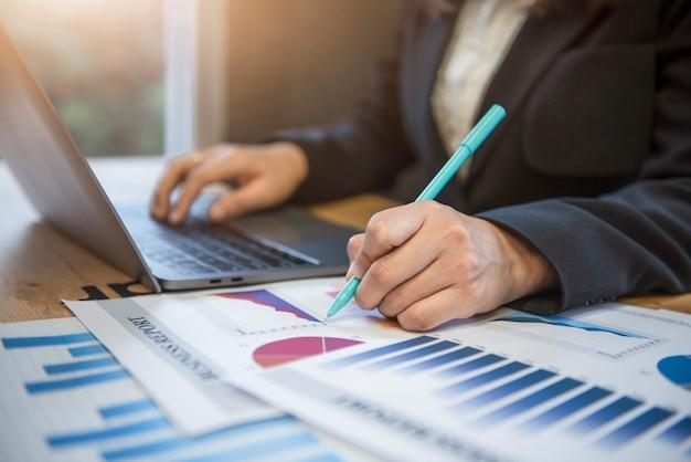 Ręka kobiety biznesu sprawdzającej informacje w biurze