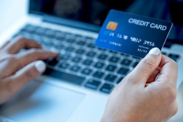 Ręka kobiety konsumenta trzymająca makietę karty kredytowej gotowa do wydawania pieniędzy na zakupy online