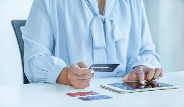 Ręka kobiety konsumenta trzymająca makietę karty kredytowej gotowej do wydawania pieniędzy na zakupy online