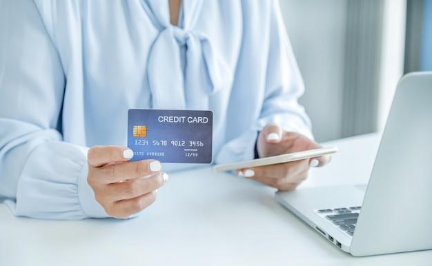 Ręka Kobiety Konsumenta Trzymająca Makietę Karty Kredytowej Gotowej Do Wydawania Pieniędzy Na Zakupy Online Premium Zdjęcia
