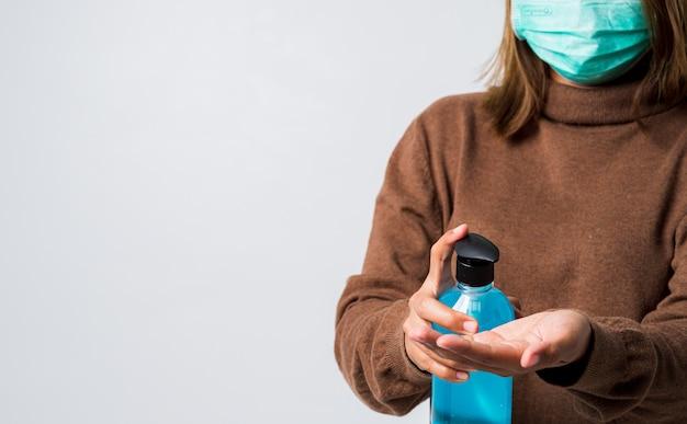 Ręka kobiety mycie alkoholem żel z butelki pompy. protact coronavirus (covid-19) zapobieganie i kontrola zakażeń.