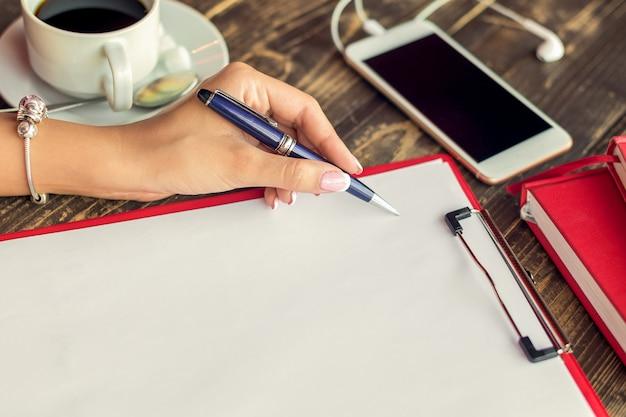 Ręka kobiety robienia notatek.