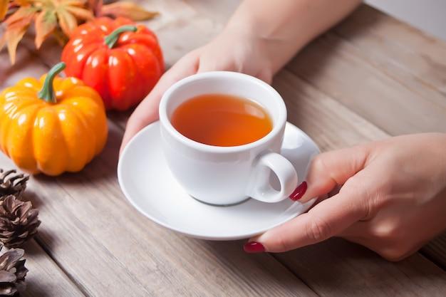 Ręka kobiety trzyma filiżankę herbaty