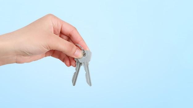 Ręka kobiety trzyma kilka kluczy.