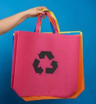 Ręka kobiety trzyma różową wiskozową torbę ekologii