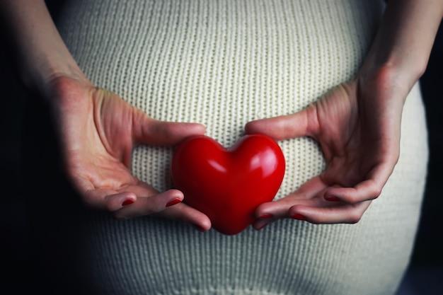 Ręka kobiety trzymającej intymne serce