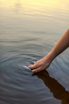Ręka kobiety w wodzie jeziora
