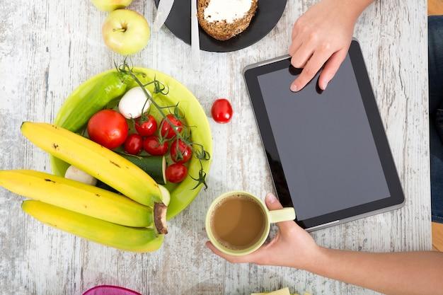 Ręka kobiety z jedzeniem i tabletki