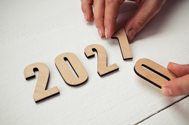 Ręka kobiety zmienia rok 2020 na 2021