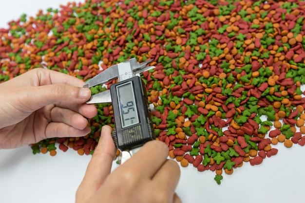 Ręką kontroli jakości jest użycie suwmiarki mierzonej wielkości kulki w celu kontroli jakości.
