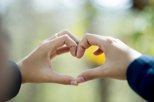 Ręka, która pokazuje miłość do kochanków w dniu miłości dzień miłości z miejsca na kopię