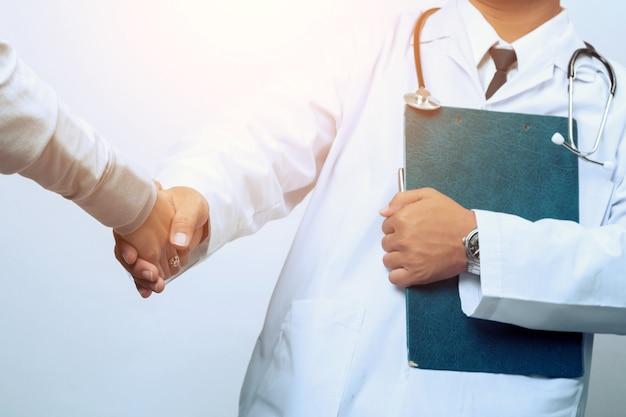 Ręka lekarka uspokaja jego pacjenta