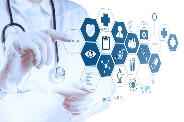 Ręka lekarza medycyny pracy z nowoczesnym interfejsem komputera
