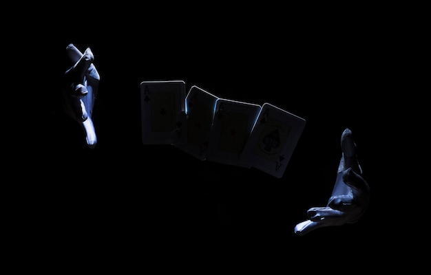 Ręka maga wykonującego trik z kartą do gry