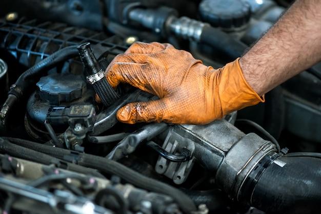 Ręka mechanika na silnik samochodu