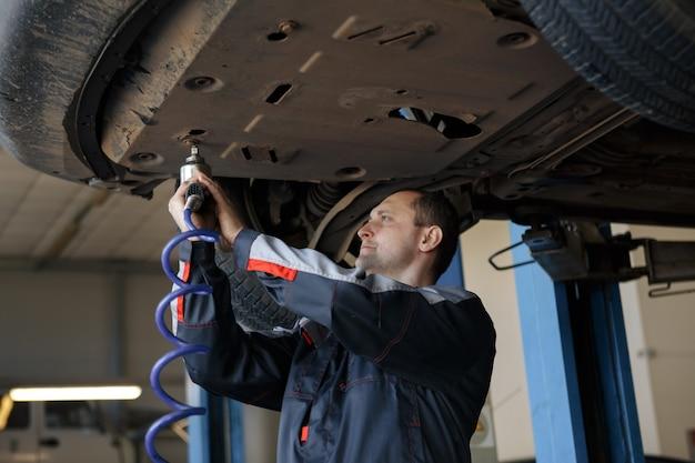 Ręka mechanika samochodowego z kluczem. warsztat naprawy samochodów.