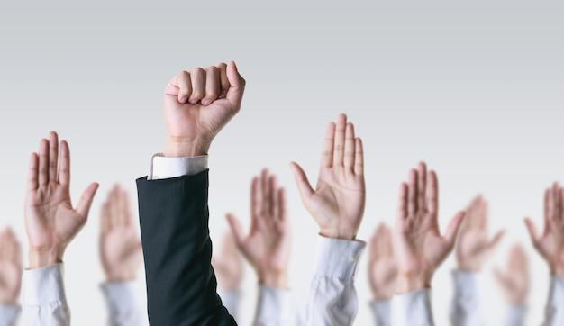 Ręka menedżera rośnie między innymi biznesmen, przywództwo i sukces biznesowy.
