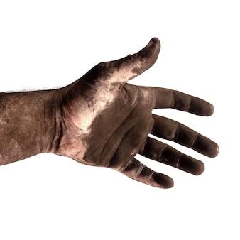 Ręka męski kominiarz w czarnym sadzy zakończeniu up odizolowywającym na białym tle
