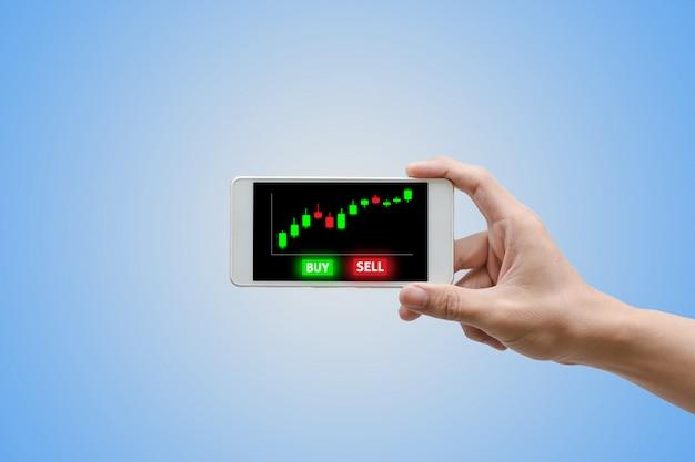 Ręka mężczyzna za pomocą smartfona handlu z wirtualnym ekranem.