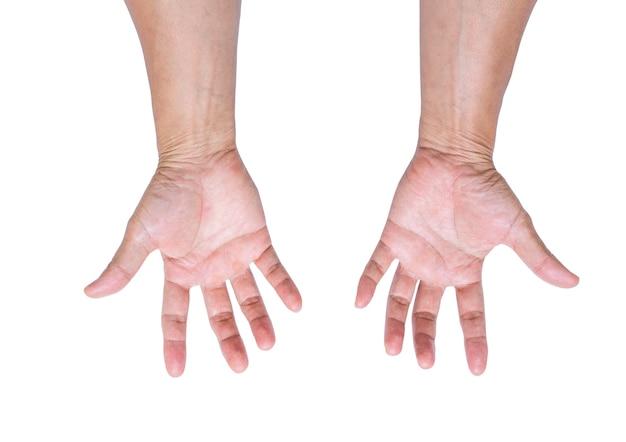 Ręka mężczyzny na białym tle; ścieżka przycinająca