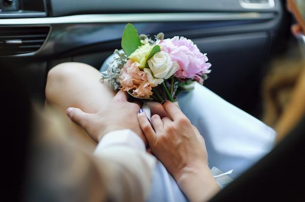 Ręka mężczyzny na udzie kobiety