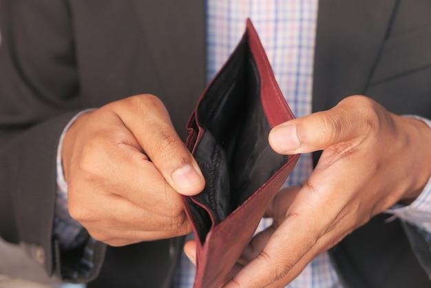 Ręka mężczyzny otworzyć pusty portfel z miejsca na kopię