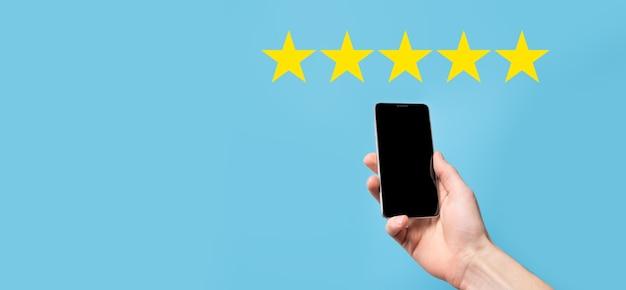 Ręka Mężczyzny Pokazująca Pięciogwiazdkową Ocenę Doskonałą. Premium Zdjęcia