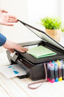 Ręka mężczyzny robienia kopii, praca z drukarką