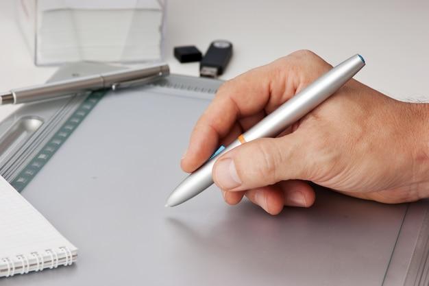 Ręka mężczyzny rysuje tablet pc