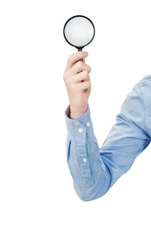 Ręka mężczyzny trzyma szkło powiększające