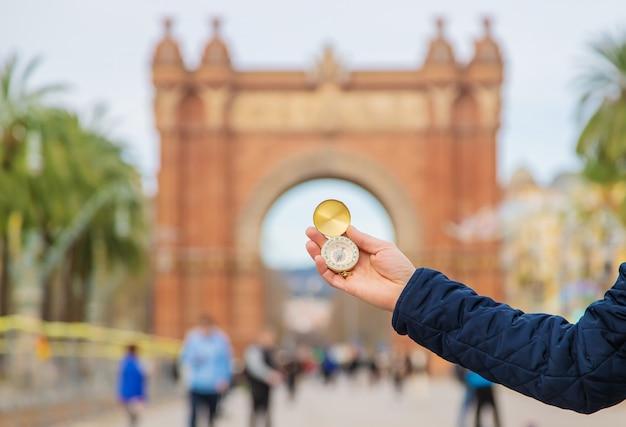 Ręka mężczyzny z kompasem barcelona arc de triomphe. selektywne ustawianie ostrości.