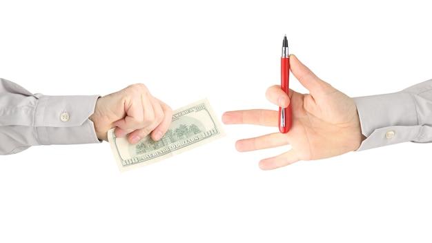 Ręka mężczyzny z wyciągniętymi banknotami dolarowymi do zapłaty za pisanie. biznes i finanse.