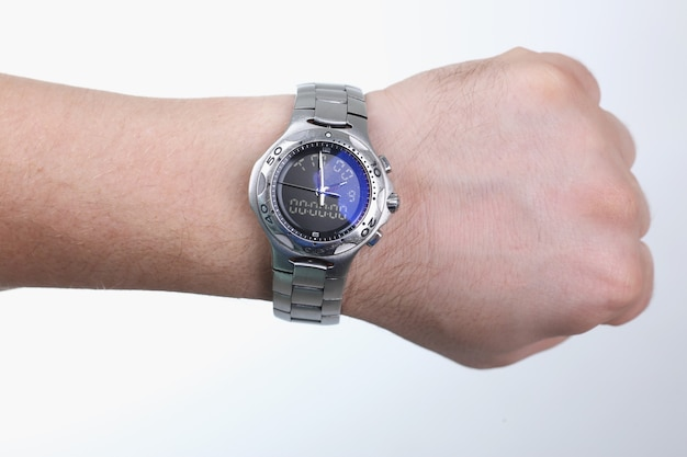 Ręka mężczyzny z zbliżenie srebrny zegarek na rękę