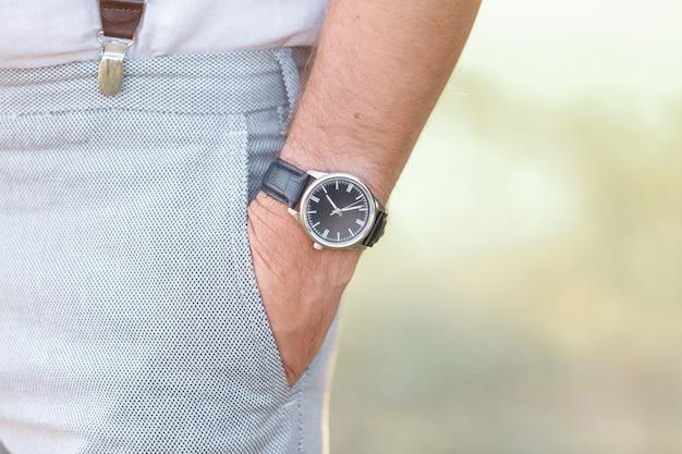 Ręka mężczyzny z zegarkiem w słoneczny dzień