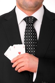 Ręka młodego biznesmena trzymająca trzy asy