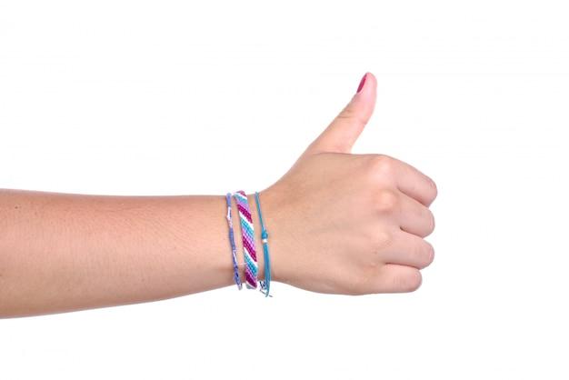 Ręka młodej kobiety robi znak