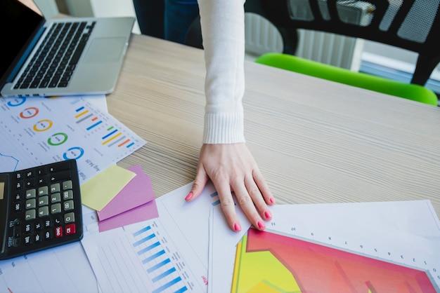Ręka na biurku