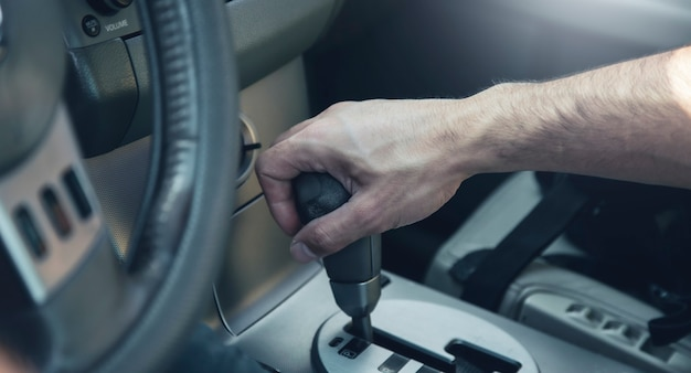 Ręka na ręcznej zmianie samochodu