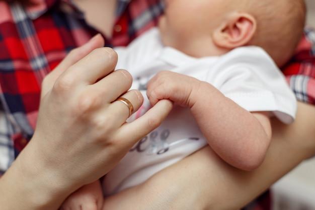 Ręka noworodka w ręce matki