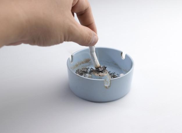 Ręka oddaje papierosa