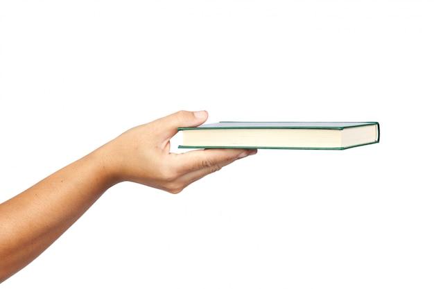 Ręka oferuje książkę odizolowywającą na białym tle