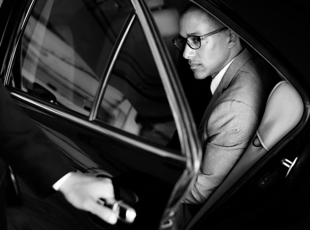 Ręka otwarte drzwi samochodu biznesmen