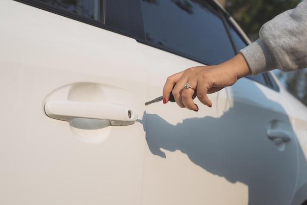 Ręka otwierająca drzwi samochodu kluczem