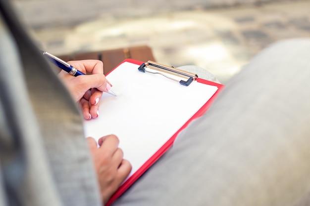 Ręka pisania na pustym planerze