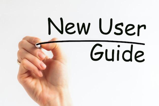 Ręka pisze napis nowy podręcznik użytkownika z czarnym markerem, koncepcja, obraz