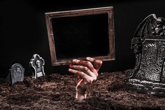 Ręka pokazuje czarnego znaka out grób