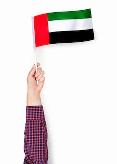 Ręka pokazuje flaga zjednoczone emiraty arabskie