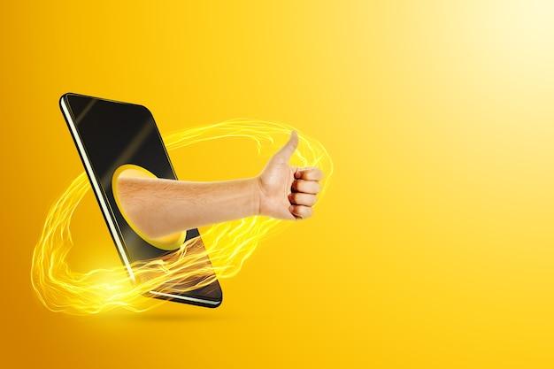 Ręka pokazuje kciuki przez ekran smartfona