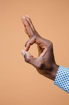 Ręka pokazuje ok znaka odizolowywającego